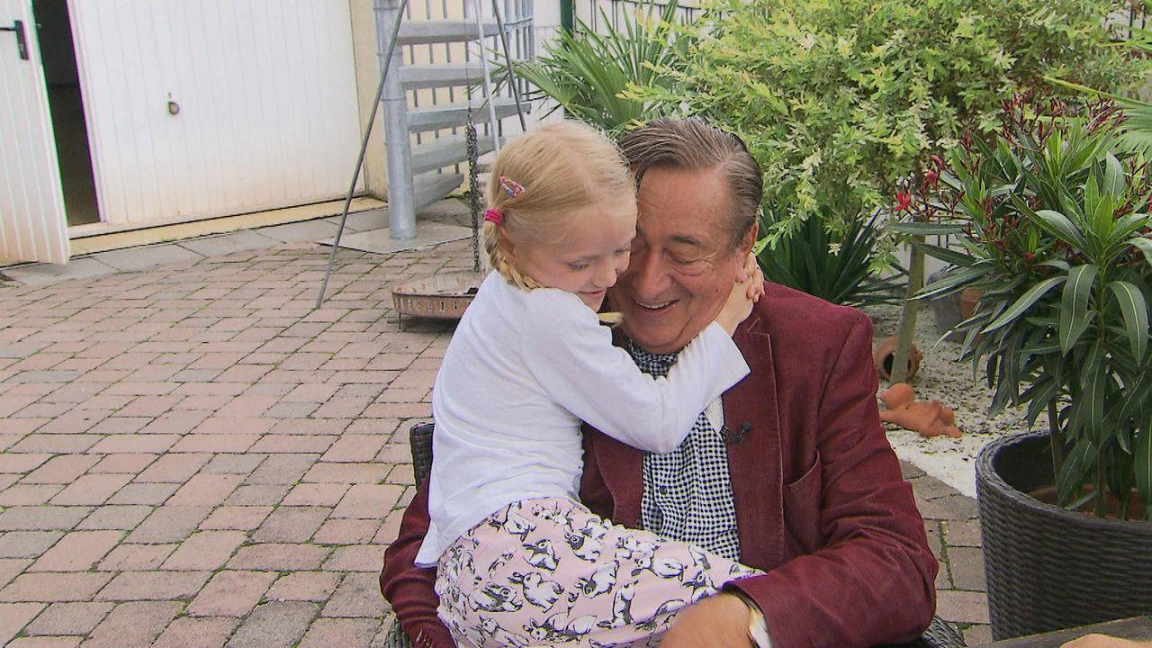 Lugner (r.) und Leonie (l.) - das neue Traumpaar: Baulöwe Richard Lugner versteht sich prima mit Leonie, der sechsjährigen Tochter seiner Braut Cath... - Bildquelle: SAT.1