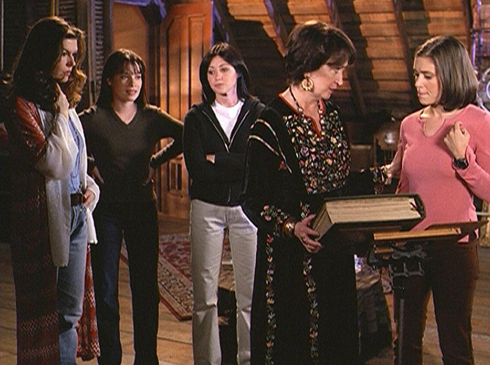 Phoebe (Alyssa Milano, r.), Prue (Shannen Doherty, M.) und Piper (Holly Marie Combs, 2.v.l.) sind in die Vergangenheit gereist und begegnen ihrer Mu... - Bildquelle: Paramount Pictures
