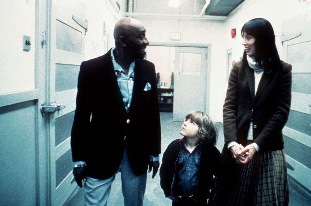 Dick Halloran (Scatman Crothers, l.) führt Wendy (Shelley Duvall, r.) und Danny (Danny Lloyd, M.) durch das Hotel, das für die nächsten Monate ih... - Bildquelle: Warner Bros.
