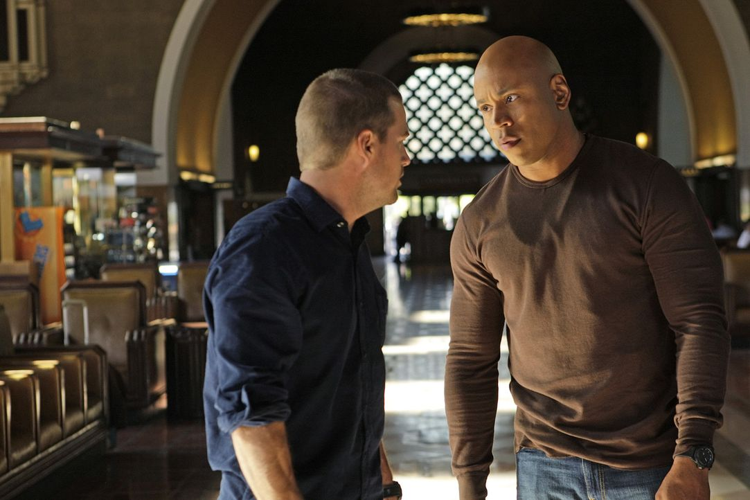Ein neuer Mordfall beschäftigt das NCIS-Team: Callen (Chris O'Donnell, l.) und Sam (LL Cool J, r.) ... - Bildquelle: CBS Studios Inc. All Rights Reserved.