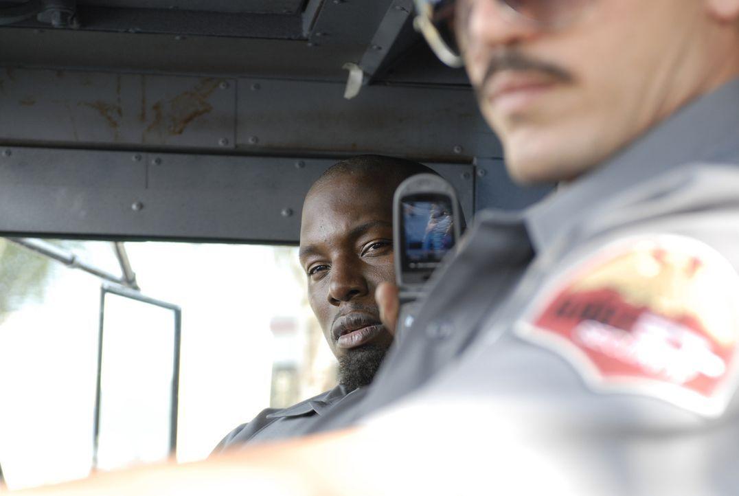 Gangsterboss Adell Baldwin (Tyrese Gibson, l.) kennt kein Mitleid mit dem Geldtransportchauffeur Felix De La Pena (John Leguizamo, r.). Erst zwingt... - Bildquelle: 2008 Boyle Heights, LLC. All Rights Reserved.