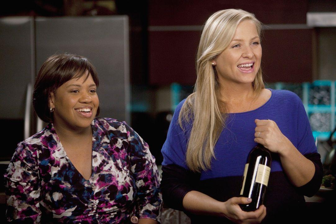 Callie hat Teddy einen Frauenabend versprochen, doch so richtig Lust hat weder Arizona (Jessica Capshaw, r.) noch Miranda (Chandra Wilson, l.) darau... - Bildquelle: Touchstone Television