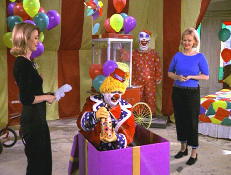 Zelda (Beth Broderick, l.) und Hilda (Caroline Rhea, r.) dekorieren Sabrinas Zimmer um. - Bildquelle: Paramount Pictures