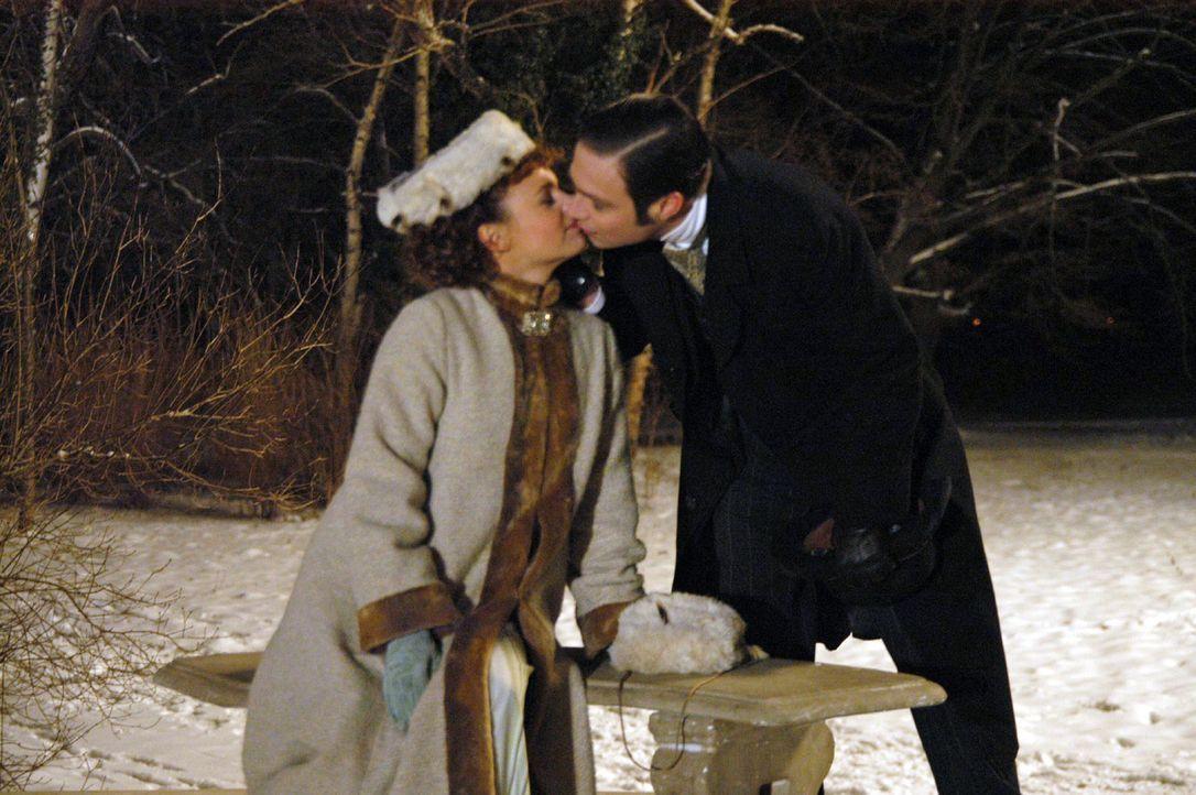 Christine (Greta Galisch de Palma, l.) vergnügt sich mit Alexander (Tim Sander, r.) im Park. - Bildquelle: Aki Pfeiffer Sat.1