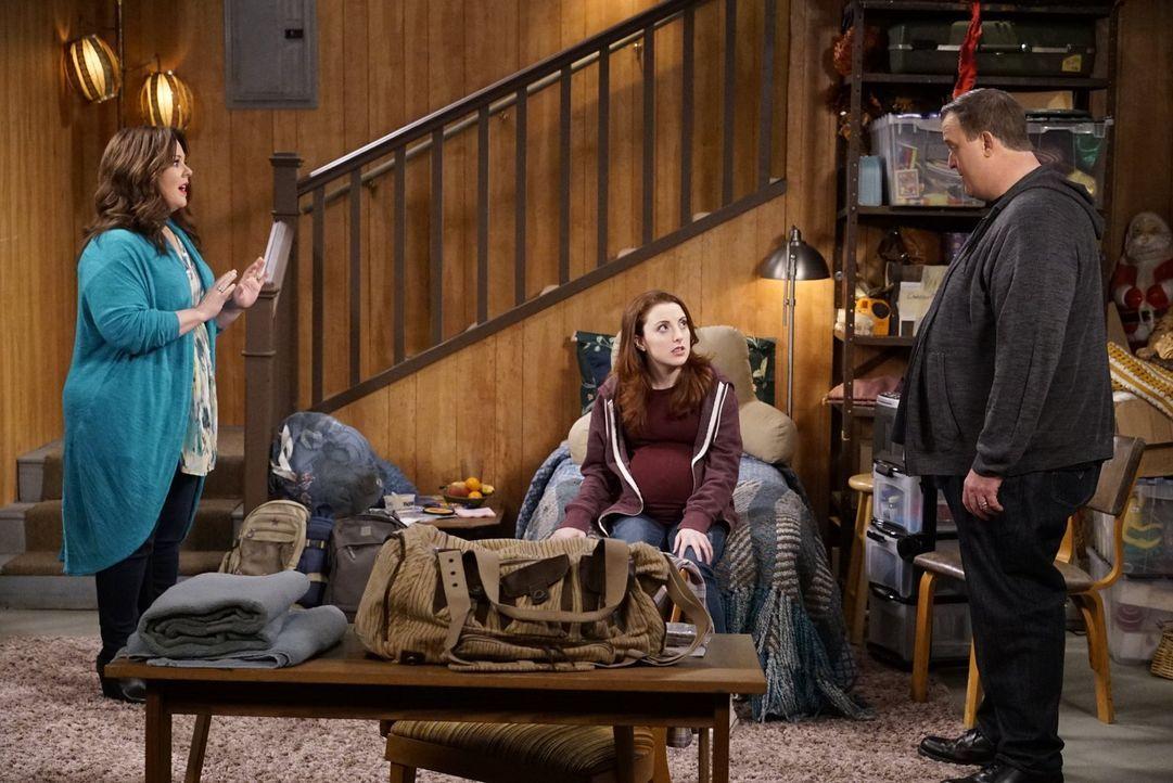 Frannie (Juliette Goglia, M.) ist entsetzt, als sie erfährt, dass Molly (Melissa McCarthy, l.) und Mike (Billy Gardell, r.) ihre Schwester Maura ang... - Bildquelle: Warner Brothers