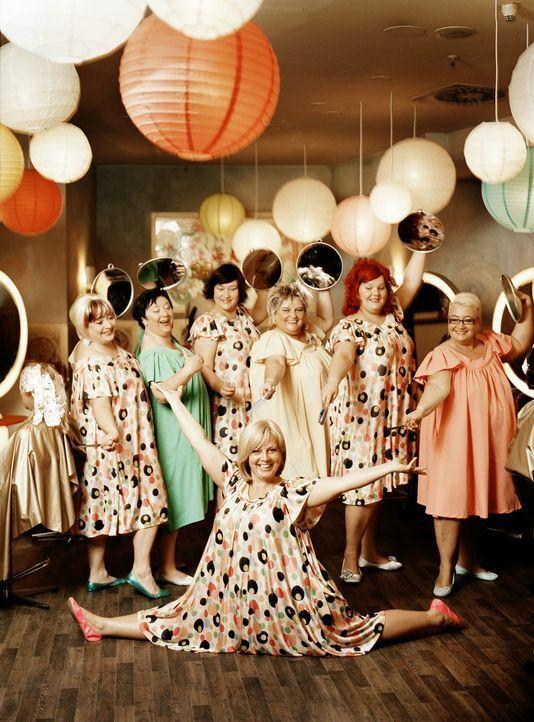 Als eigene Frisörsalonchefin könnte Kathi König (Gabriela Maria Schmeide, vorne) mit ihrem Team endlich ihre Frisurenträume realisieren ... - Bildquelle: Constantin Film