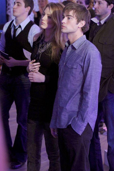 Serena (Blake Lively, l.) und Nate (Chace Crawford, r.) lassen sich Eleanors Modenschau natürlich nicht entgehen. - Bildquelle: Warner Brothers