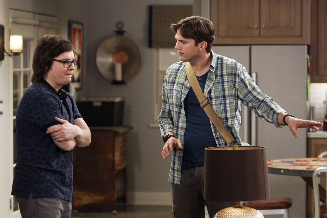 Barry (Clark Duke, l.) hat sich bei Walden (Ashton Kutcher, r.) häuslich niedergelassen, allerdings nicht, um wie angekündigt an einem neuen Projekt... - Bildquelle: Warner Brothers Entertainment Inc.