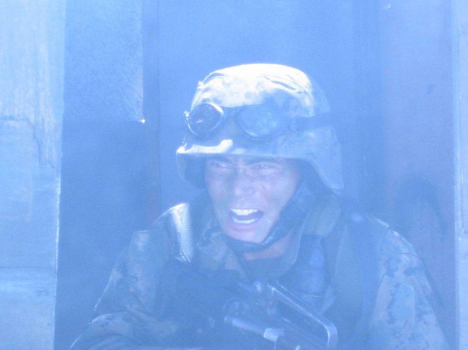 Im Gewehrfeuer: Marine Matt Daniels (Mark Dacascos) ... - Bildquelle: 2005 The Pacific Trust. All Rights Reserved.
