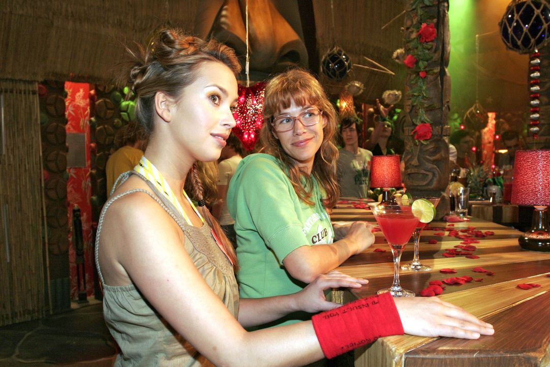 Hannah (Laura Osswald, l.) und Lisa (Alexandra Neldel, r.) versuchen auf einer Single-Party gegen ihren Liebeskummer anzukämpfen. (Dieses Foto von... - Bildquelle: Sat.1