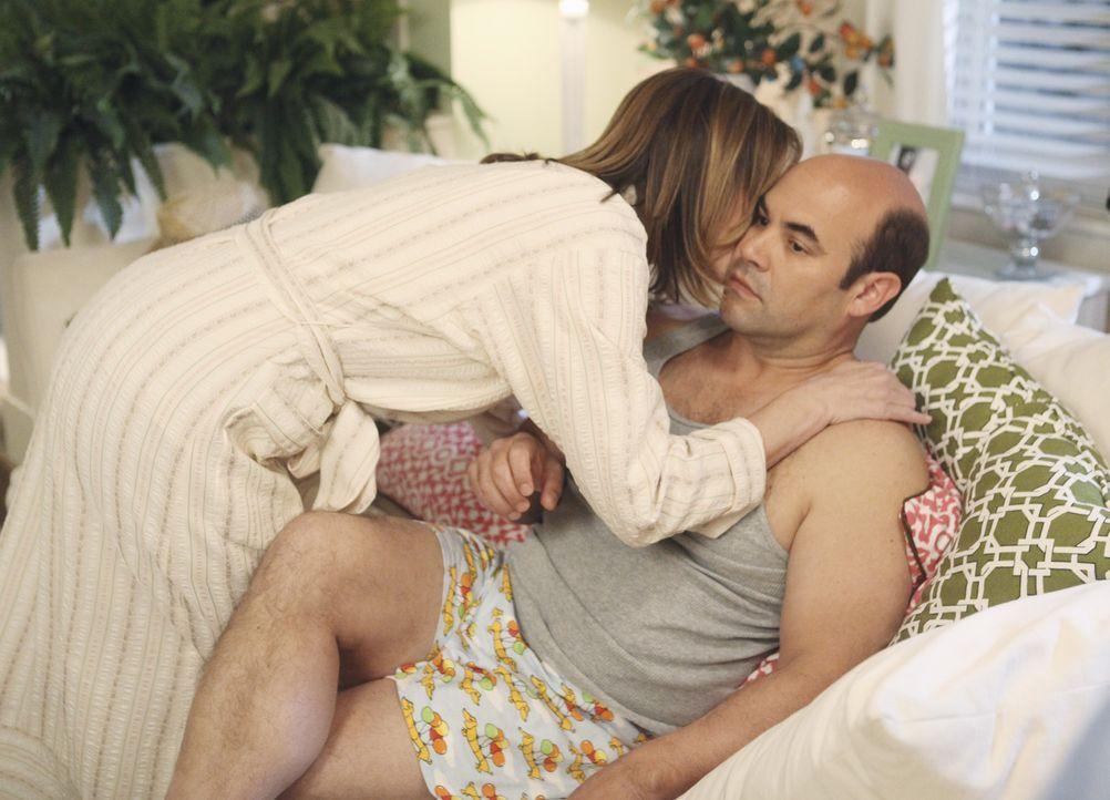 Andy (Ian Gomez, r.) ist überrascht, dass Ellie (Christa Miller, l.) nicht sauer auf ihn ist, obwohl er eine rauschende Party geschmissen hat ... - Bildquelle: 2009 ABC INC.