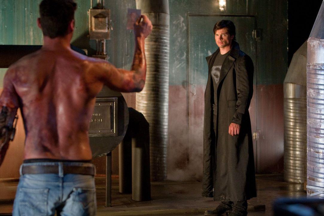 Durch seine Suche nach dem Schatten gerät Clark (Tom Welling, r.) in das Fadenkreuz von Metallo (Brian Austin Green, l.), Lois' mutiertem Arbeitskol... - Bildquelle: Warner Bros.