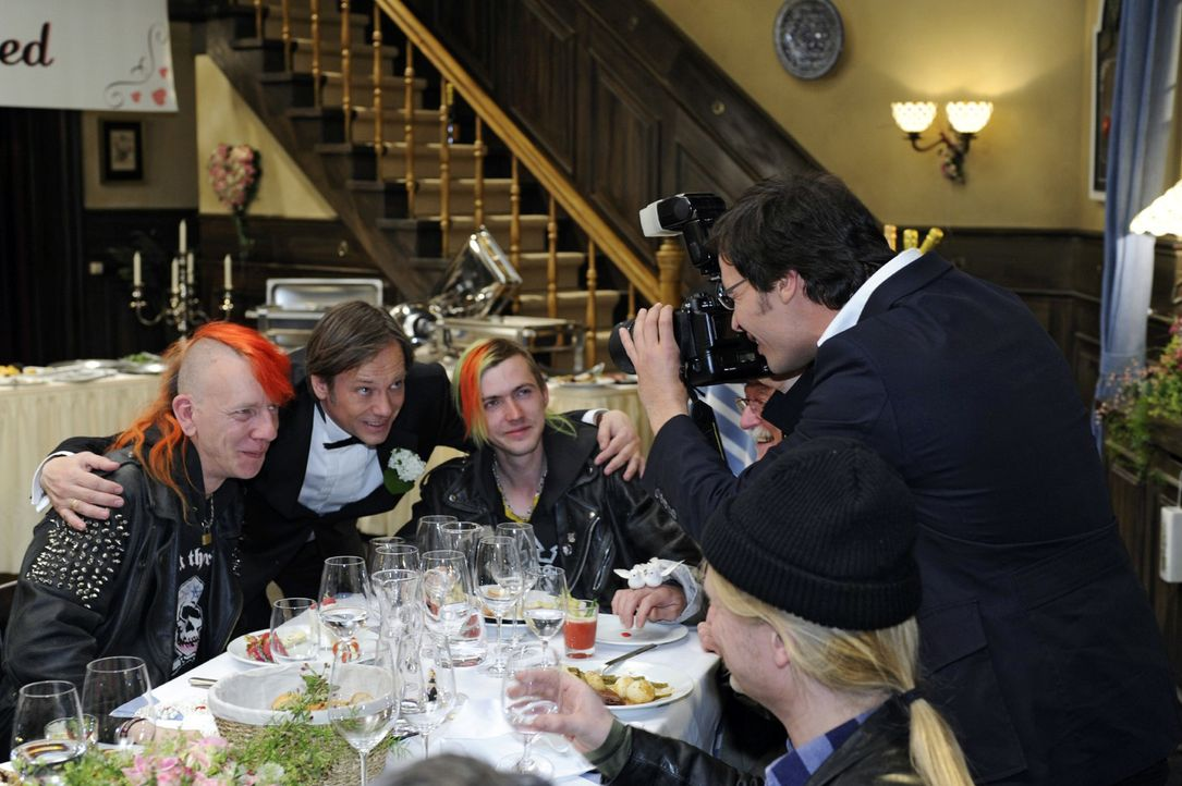 Armin (Rainer Will, 2.v.l.) verpflichtet Alexander (Paul T. Grasshoff, r.), Fotos von der Armenspeisung zu machen. - Bildquelle: Oliver Ziebe Sat.1