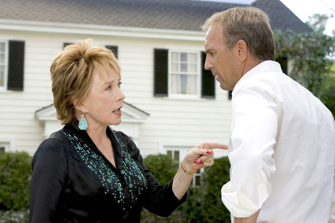 Hat ein ernstes Wörtchen mit Beau (Kevin Costner, r.) zu reden, den sie vor langer, langer Zeit verführt hat: Sarahs Grandma Katharine (Shirley MacL... - Bildquelle: Warner Bros. Pictures
