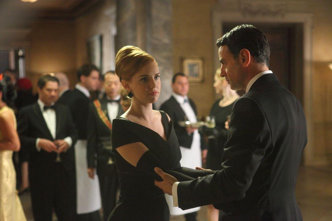 Ihr erster Auftrag als Agentin führt Kate (Kelli Garner, l.) in die Arme von Alessandro (Vincenzo Amato, r.) ... - Bildquelle: 2011 Sony Pictures Television Inc.  All Rights Reserved.