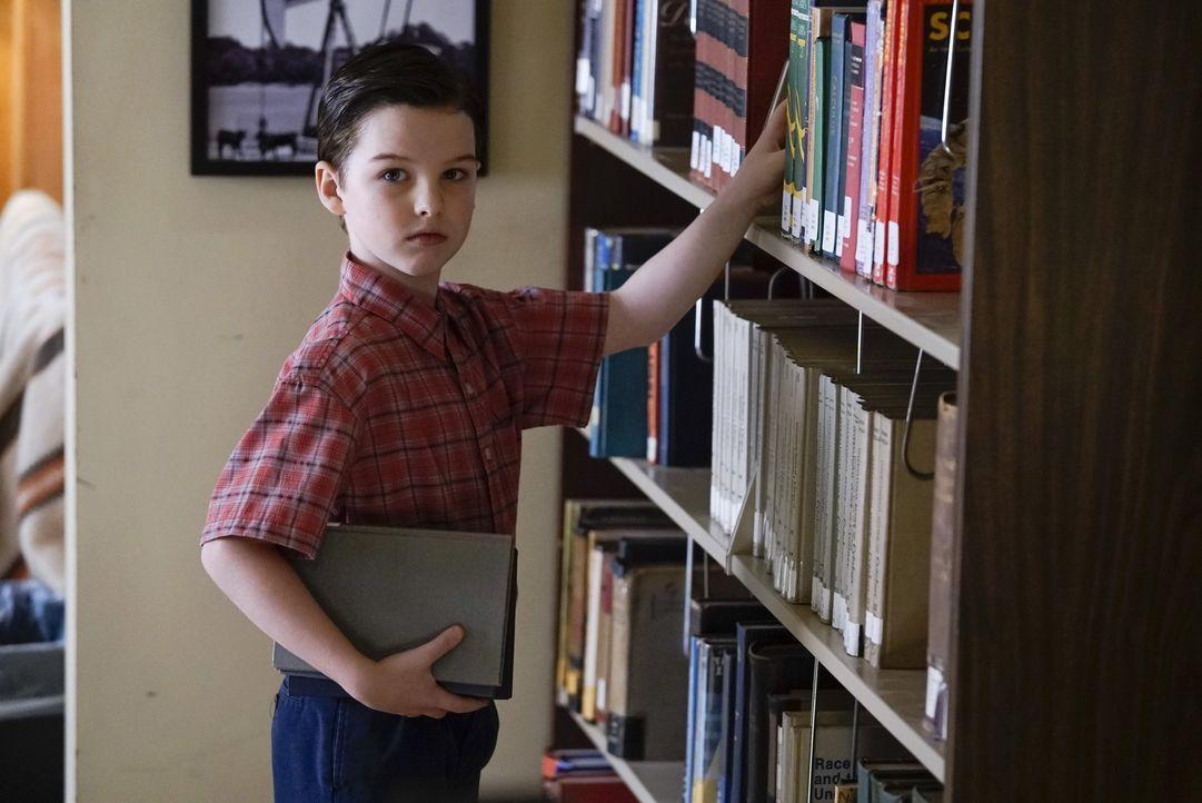 Soll Georgie Nachhilfe geben, als dieser droht wegen schlechter Noten aus dem Football Team zu fliegen: Sheldon (Iain Armitage) ... - Bildquelle: Warner Bros.