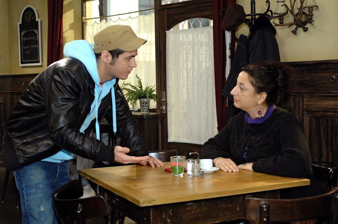 Maik (Sebastian König, l.) bekommt Ärger mit Consuela (Lucia Stefanel, r.), die endlich ihren Anteil haben will ... - Bildquelle: Oliver Ziebe Sat.1