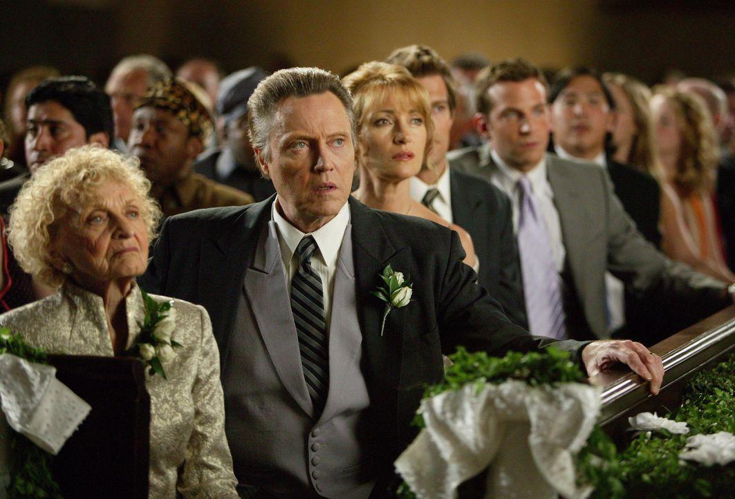 Ahnen nicht, dass sich auf der Hochzeit zwei ungebetene Gäste befinden: (v.l.n.r.) Grandma (Ellen Albertini Dow), William Cleary (Christopher Walken... - Bildquelle: Warner Bros. Television