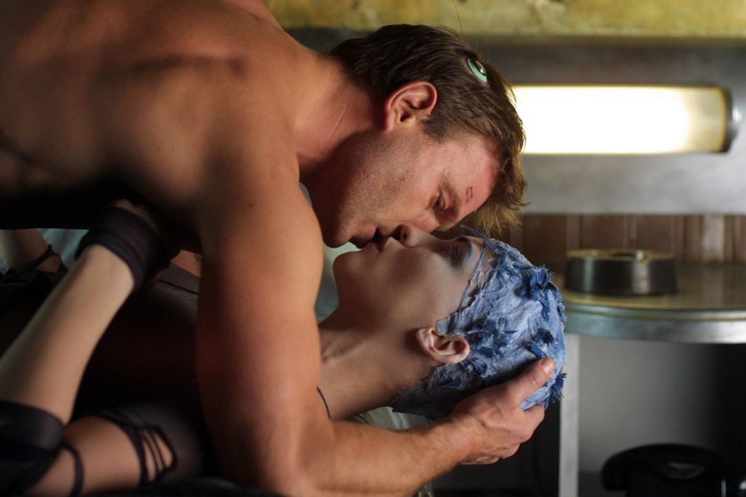 Jill (Linda Hardy, r.) ahnt nicht, dass sich der Gott Horus des Körpers von Nikopol (Thomas Kretschmann, l.) bedient, um sie zu schwängern ... - Bildquelle: TF1 Films Productions