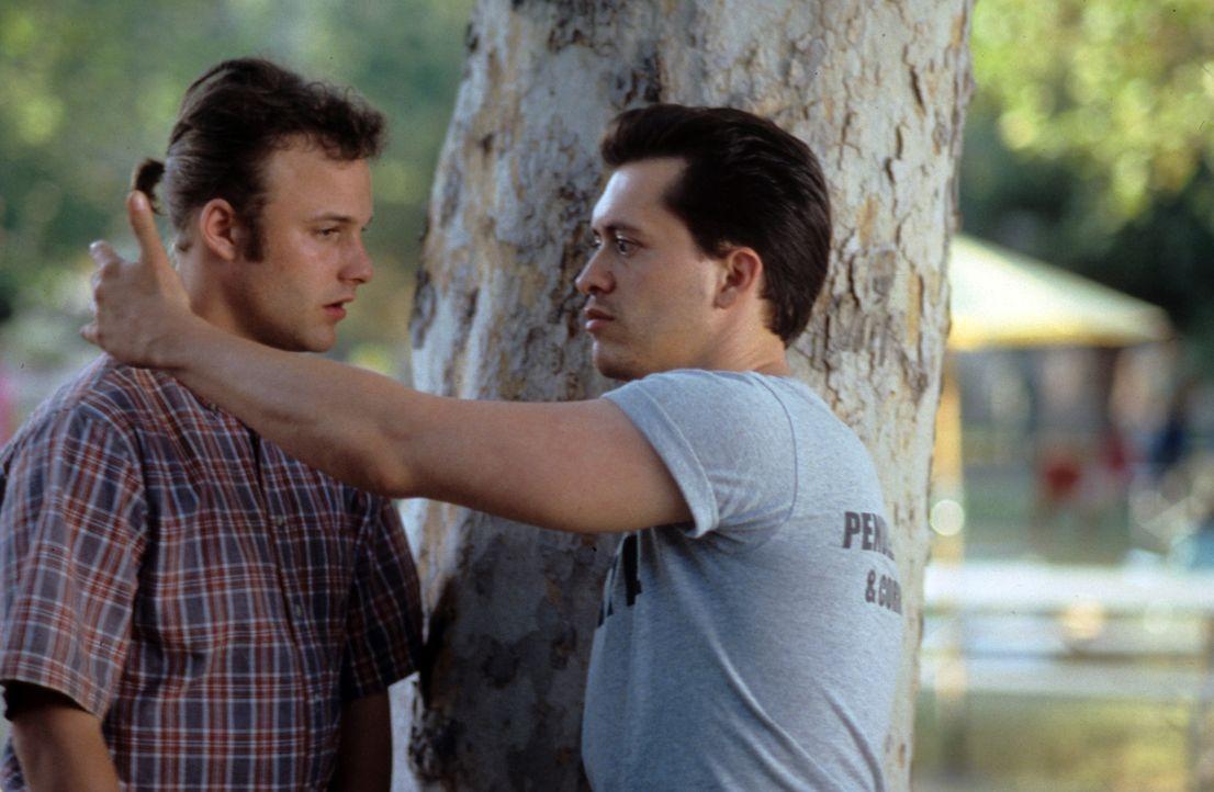Als Jay (Brad Renfro, l.) auf dem Familiensommerfest des Gefängnisses den ungewöhnlichen Häftling Buddy (Clifton Collins Jr., r.) kennen lernt, w... - Bildquelle: Tomorrow Film