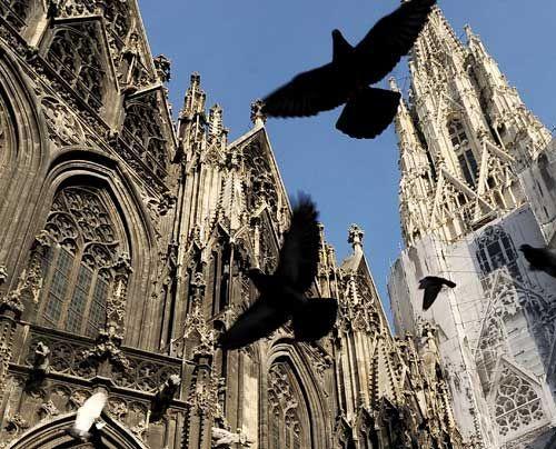 """Seit einem halben Jahrtausend prägt der Stephansdom, von den Wienern liebevoll """"Steffl"""" genannt, mit seinem unverwechselbaren Profil die Silhouette... - Bildquelle: AFP"""