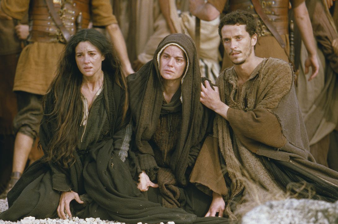 Können nichts tun, um Jesus zu retten: (v.l.n.r.) Maria Magdalena (Monica Bellucci), Jesus Mutter Maria (Maia Morgenstern) und Johannes (Hristo Jiv... - Bildquelle: Icon Film Distribution Ltd.