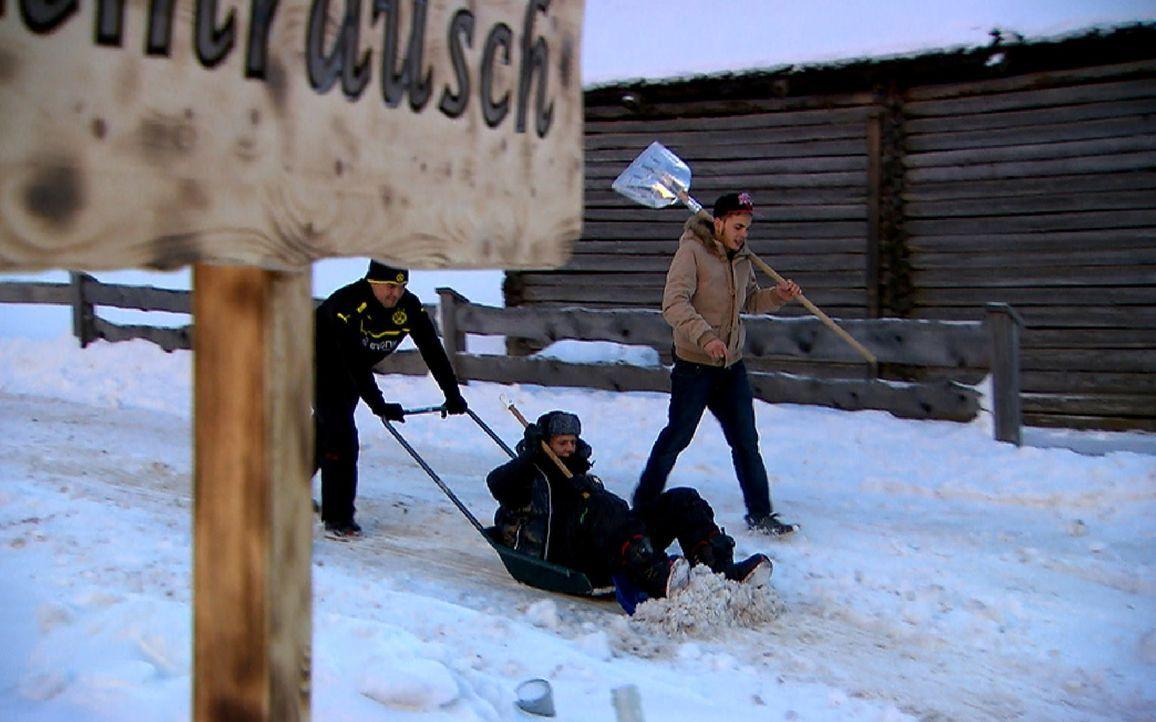 Während Jerôme krank im Bett liegt, müssen der Pole (M.), Emilio (r.) und Maikiboy (l.) zum Schneeschippen. Doch die Jungs machen das Beste darau... - Bildquelle: ProSieben