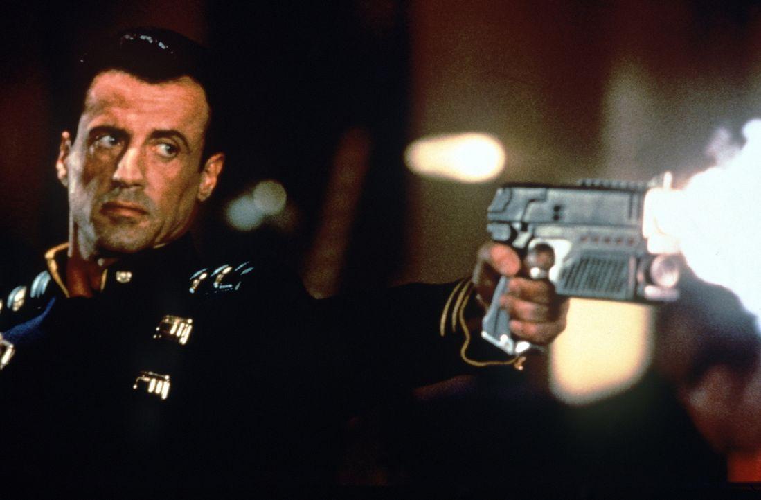 Judge Dredd (Sylvester Stallone) ist einigen Mächtigen, die einen Putsch anzetteln wollen, ein Dorn im Auge. Da hängen diese ihm einen Mord an ... - Bildquelle: Buena Vista Pictures