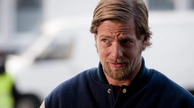 Mick (Henning Baum) ist der festen Überzeugung, dass erstens Benzin wirklich...