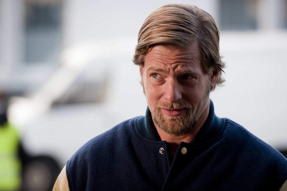 Mick (Henning Baum) ist der festen Überzeugung, dass erstens Benzin wirklich zu teuer ist und zweitens noch nie eine Protestaktion so sexy war, wie... - Bildquelle: Martin Rottenkolber SAT.1