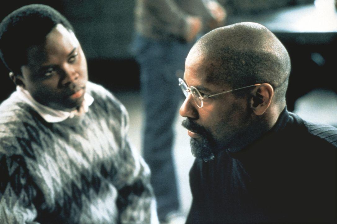 """Der junge Lesra (Vicellous Reon Shannon l.) beschwört den unschuldig verurteilten Rubin """"Hurricane"""" Carter (Denzel Washington, r.), den Kampf um Ger... - Bildquelle: BEACOM"""
