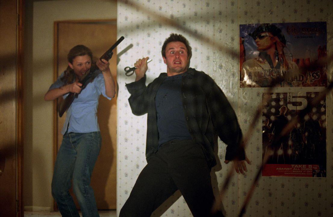 Die Spinnen sind unersättlich: Wird es Sheriff Sam Parker (Kari Wuhrer, l.) und Chris McCormick (David Arquette, r.) gelingen, die Bestie zu töten? - Bildquelle: Warner Bros. Pictures