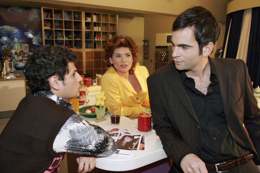 Im Beisein von Sophie (Gabrielle Scharnitzky, M.) behauptet Rokko (Manuel Cortez, l.) vor David (Mathis Künzler, r.), dass dieser Lisas Herz besetz... - Bildquelle: Noreen Flynn Sat.1