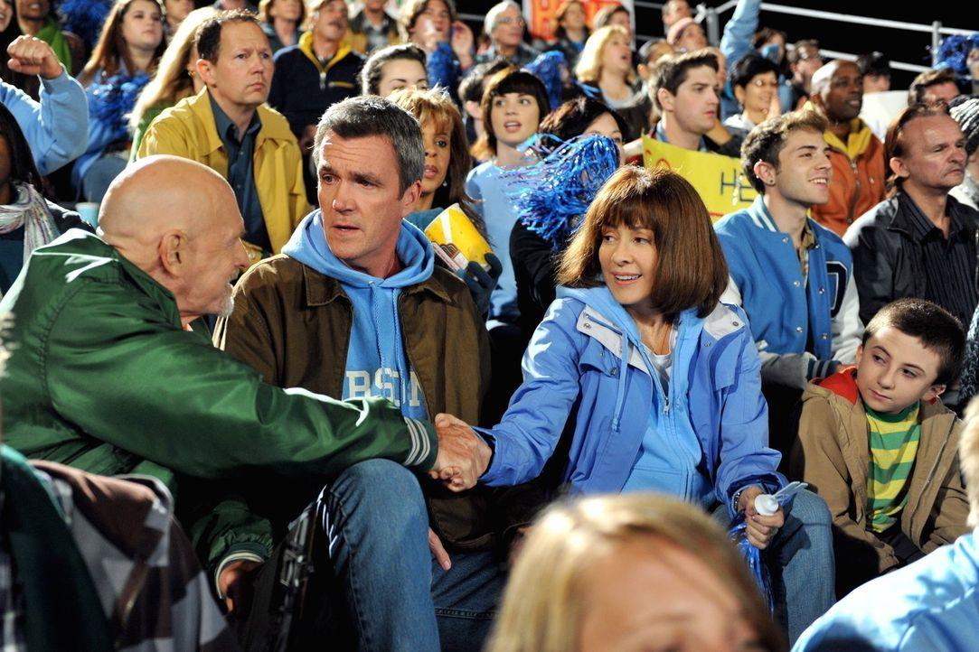 Als Frankie (Patricia Heaton, 2.v.r.) und Mike (Neil Flynn, 2.v.l.) herausfinden, dass ein Test ansteht und ihr Sohn Axl nicht vorbereitet ist, gebe... - Bildquelle: Warner Brothers