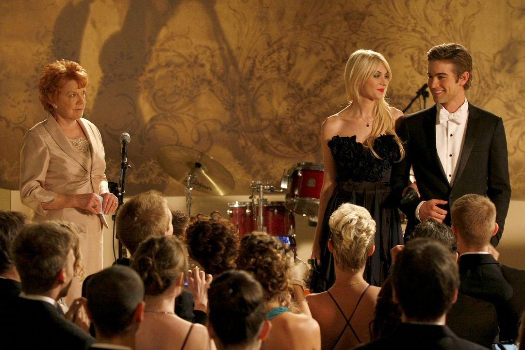 Da staunen die Highschoolerinnen nicht schlecht als Jenny (Taylor Momsen, M.) mit Nate (Chace Crawford, r.) auf die Bühne kommt. - Bildquelle: Warner Brothers