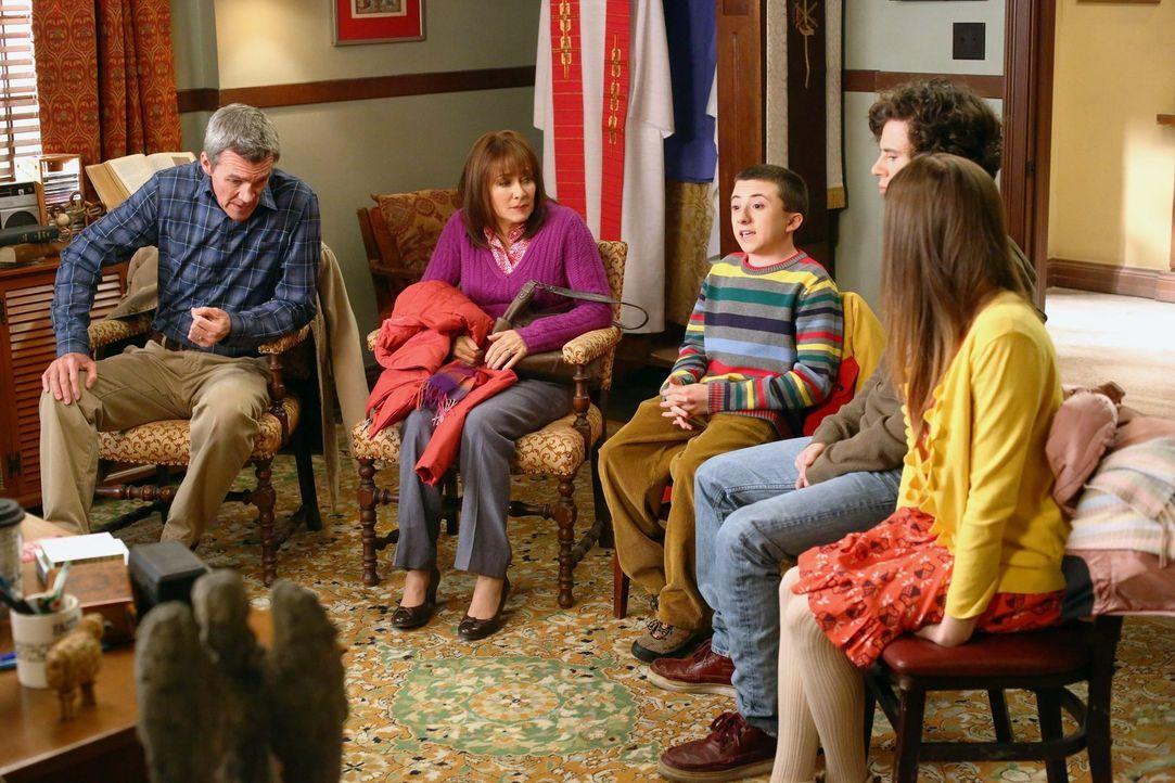 (v.l.n.r.) Mike (Neil Flynn); Frankie (Patricia Heaton); Brick (Atticus Shaffer); Axl (Charlie McDermott); Sue (Eden Sher) - Bildquelle: Warner Brothers