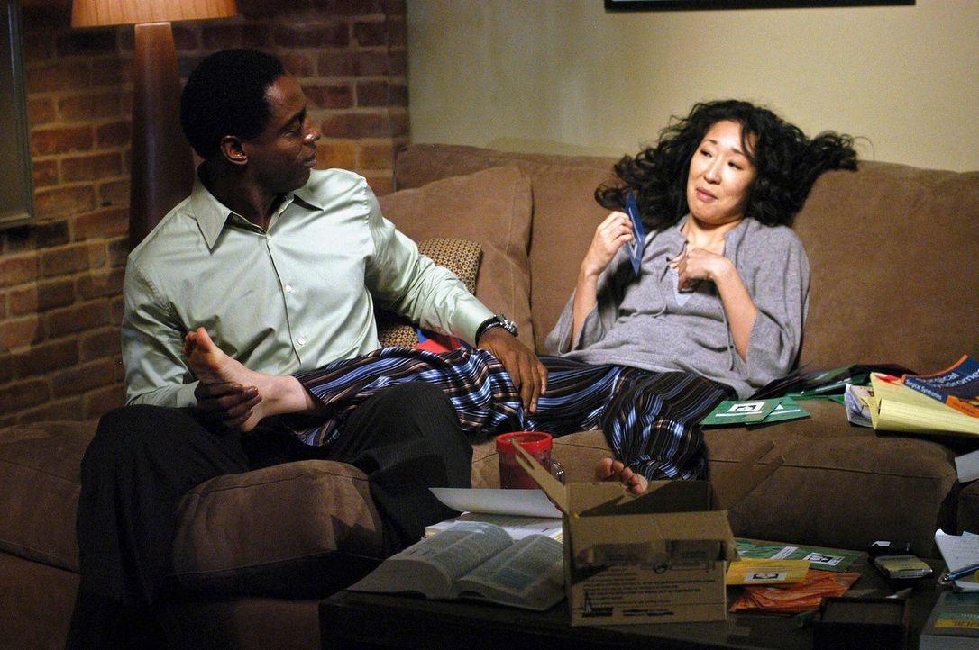 Cristina (Sandra Oh, r.) bereitet sich auf ihre Prüfung vor - und Burke (Isaiah Washington, l.) auf die Hochzeit ... - Bildquelle: Touchstone Television
