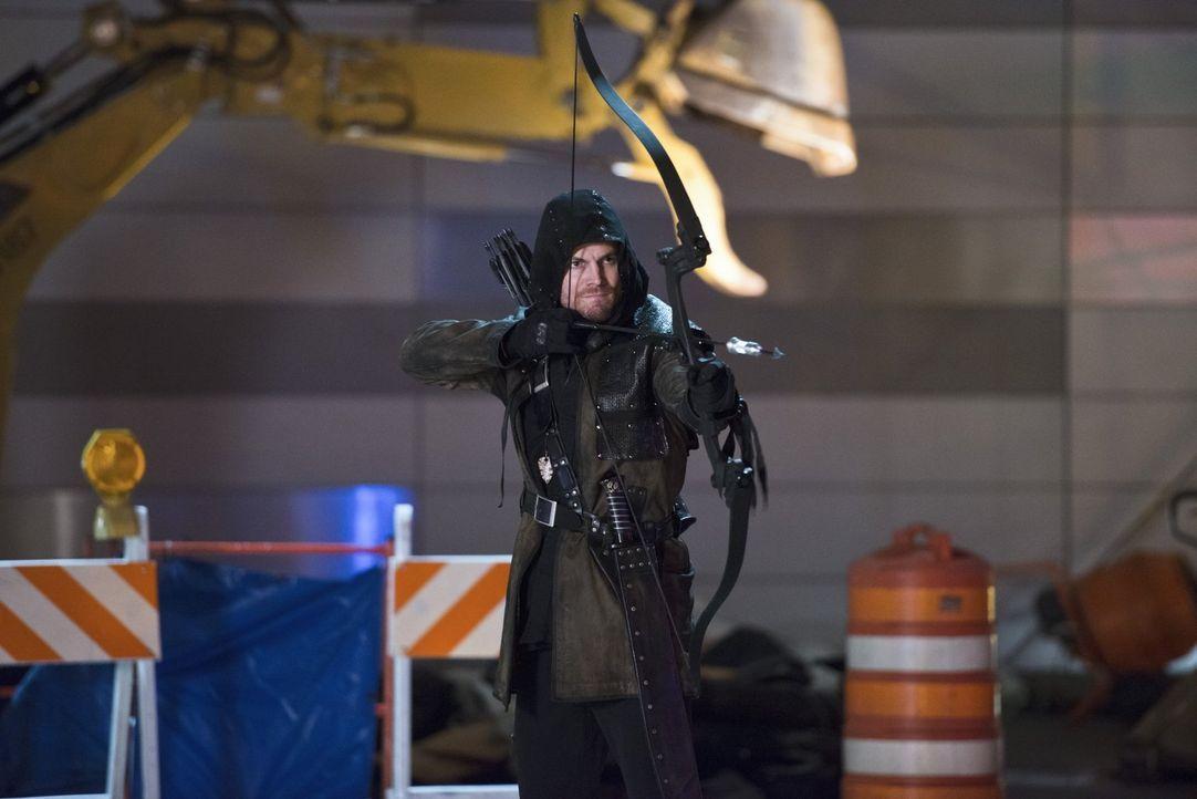 Hat Oliver alias Arrow (Stephen Amell) gegen die ganzen Superkräfte seiner Gegner überhaupt eine Chance? - Bildquelle: Warner Brothers.