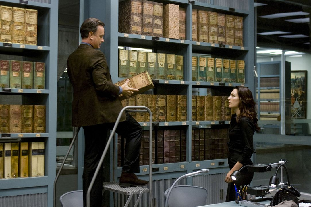 Kommen im Vatikanischen Geheimarchiv den Illuminati auf die Spur: Robert Langdon (Tom Hanks, l.) und Vittoria Vetra (Ayelet Zurer, r.) ... - Bildquelle: 2009 Columbia Pictures Industries, Inc. All Rights Reserved.