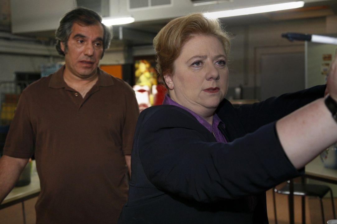 Geraten aneinander: Süleyman (Hussi Kutlucan, l.) und Paula (Regine Hentschel, r.) ... - Bildquelle: SAT.1