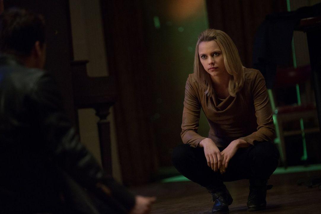 Freya (Riley Voelkel) sucht verzweifelt nach einem Weg, um Lucien zu stoppen, doch die Hexen-Vorfahren haben einen anderen Plan ... - Bildquelle: Warner Bros. Entertainment, Inc.