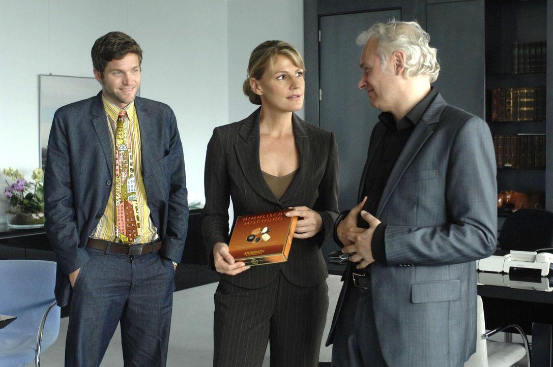 Katharina (Sophie Schütt, M.) erkennt, dass ihr Chef (Herbert Fritsch, r.) und sein Assistent Heiko (Peter Ketnath, l.) kein Interesse an der Schok... - Bildquelle: Sat.1