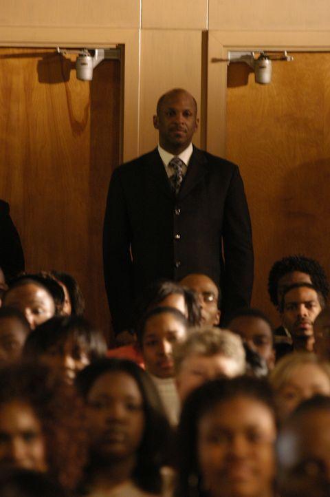 Dem Bischof Fred Taylor (Clifton Powell, hinten) bleibt nicht mehr viel Zeit. Er macht sich ständig Gedanken, was nach seinem Tod aus seiner Gemeind... - Bildquelle: Sony Pictures Television International. All Rights Reserved.