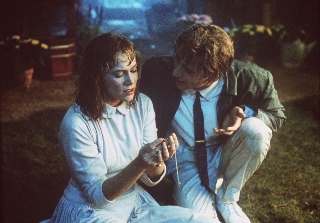 Während Peggy Sue (Kathleen Turner, l.) von dem Außenseiter Richard fasziniert ist, versucht Charlie (Nicolas Cage, r.) ihre Aufmerksamkeit für sich... - Bildquelle: TriStar Pictures