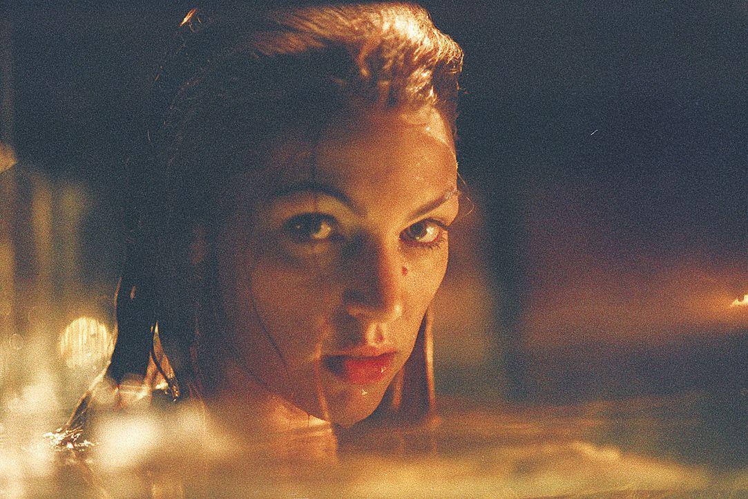 Seit Jahren wird die Meerjungfrau (Rya Kihlstedt) in einem Wassertank gefangen gehalten ... - Bildquelle: 2004 Sony Pictures Television International. All Rights Reserved.