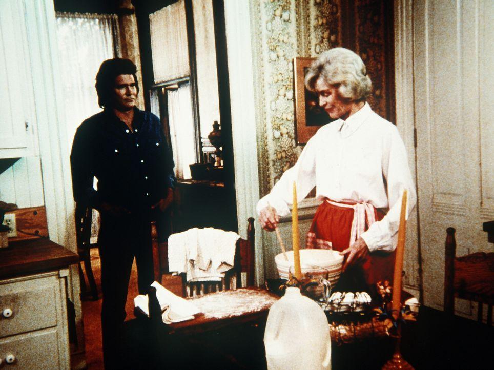 Unerklärlicherweise fühlt sich Jane (Dorothy McGuire, r.) zu dem Fremden, Jonathan (Michael Landon, l.), hingezogen. - Bildquelle: Worldvision Enterprises, Inc.