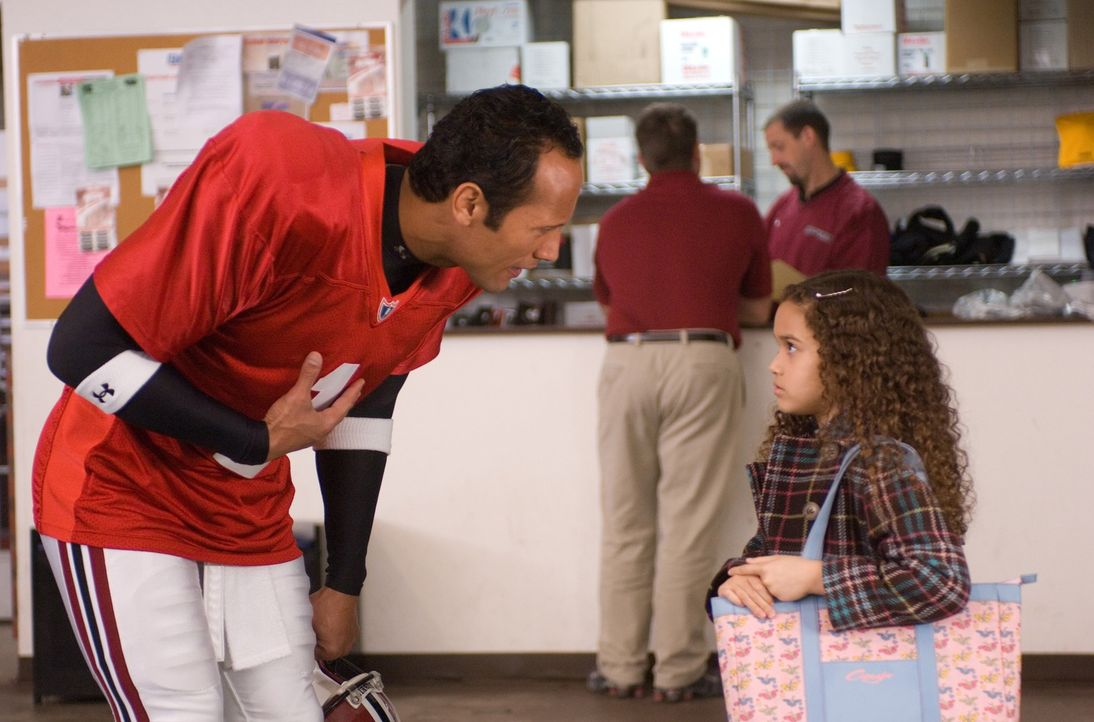 Mit seiner neuen Rolle kommt Joe (Dwayne Johnson, l.) noch gar nicht klar, denn die kleine Peyton (Madison Pettis, r.) ist alles andere als pflegele... - Bildquelle: Buena Vista International