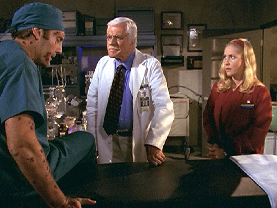 Der Wissenschaftler Othon (Daniel Riordan, l.), der sich mit einem biologischen Kampfstoff infiziert hat, sucht Hilfe bei Mark (Dick Van Dyke, M.) u... - Bildquelle: Viacom