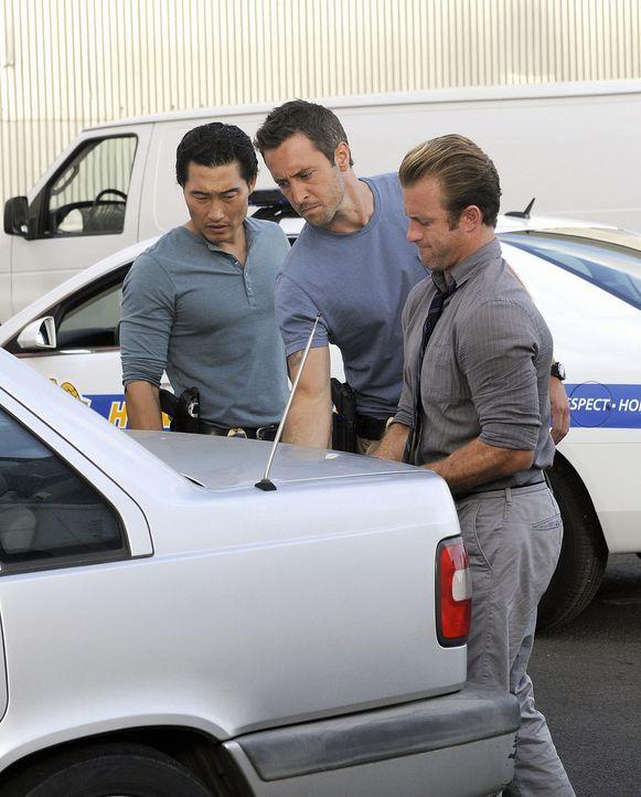Ein neuer Fall wartet auf Steve (Alex O'Loughlin, M.), Danny (Scott Caan, r.) und Chin (Daniel Dae Kim, l.) ... - Bildquelle: TM &   2010 CBS Studios Inc. All Rights Reserved.