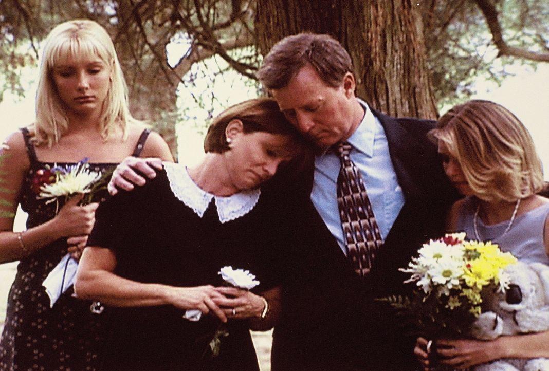 Die Familie trauert um ihre Tochter, die einem Serienkiller zum Opfer fiel ... - Bildquelle: Randy Jacobson New Dominion Pictures, LLC